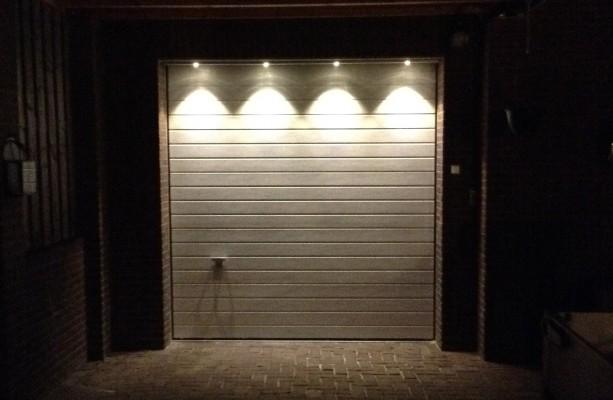Led verlichting boven de garagedeur - Deur kast garagedeur ...